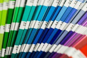 El muestrario de PANTONE es una referencia de color muy utilizada, y por eso es uno de los conceptos de diseño gráfico más básicos que debes conocer