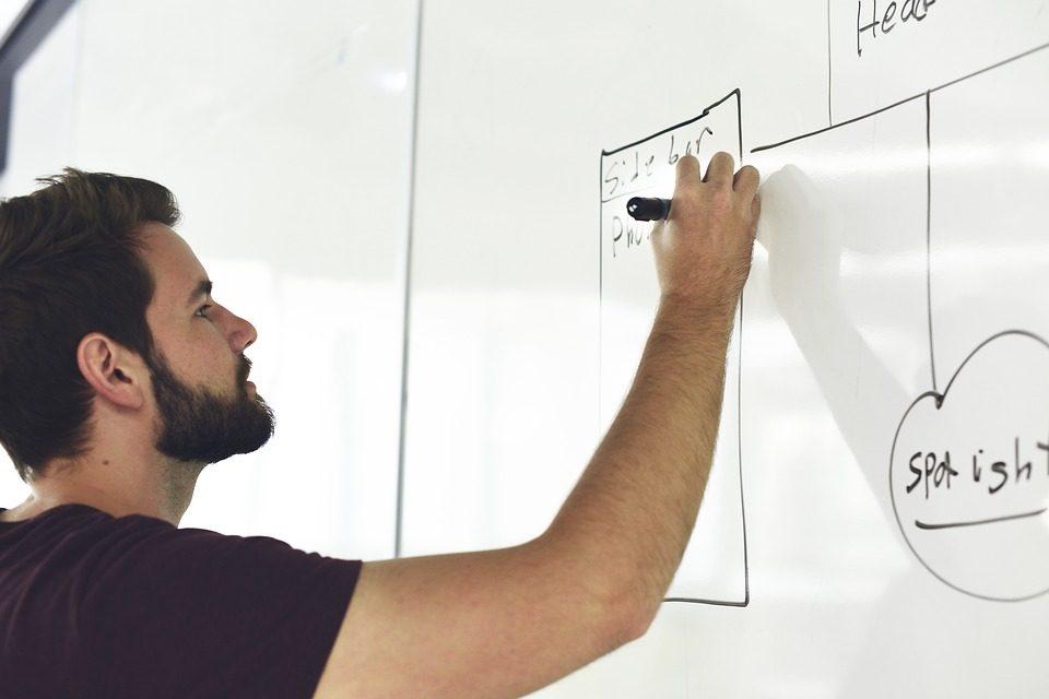 Hombre creando un esquema de conceptos