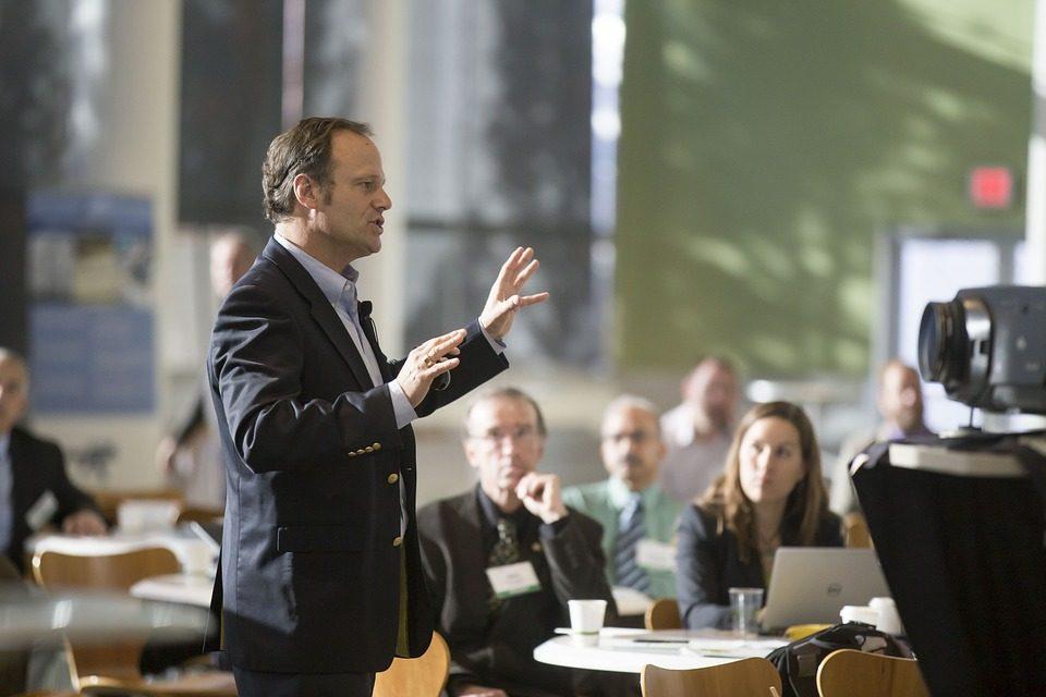 ejemplo de un orador en una conferencia