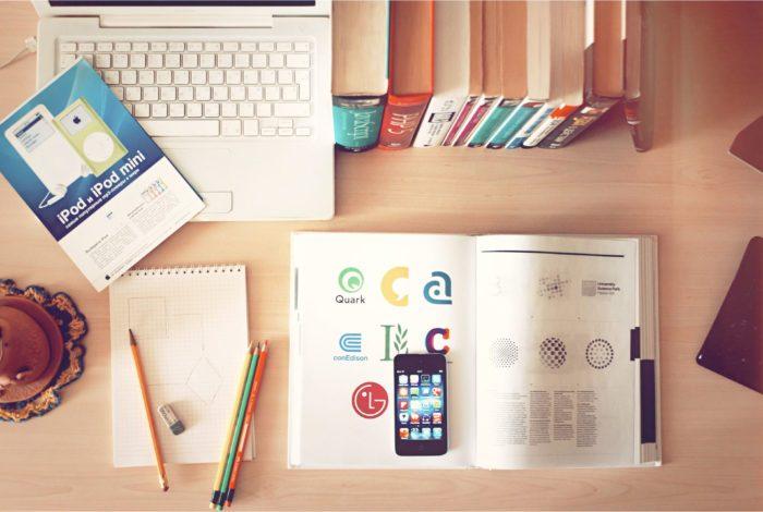 Mesa con libro de diseño de imagen de marca y rebranding